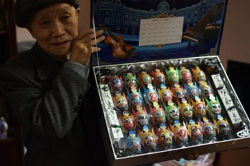 上海耋耄老人眼神好 蛋壳上细画京剧脸谱