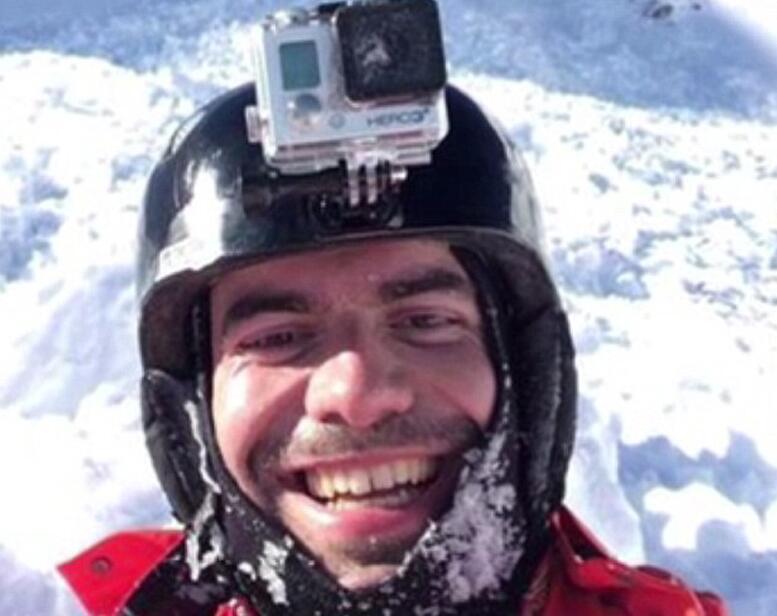 罗马尼亚滑雪者遇雪崩 随身摄像机拍下惊险逃生过程