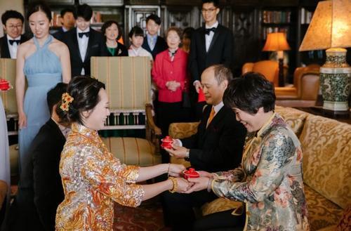 美媒:汉服飘飘 美华裔将中国元素融入婚礼
