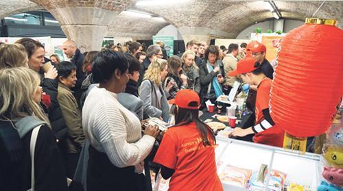 中国侨网东伦敦Taste of London伦敦美食节上的香源饺子摊前,围满了白皮肤蓝眼睛的男女老少们。(《欧洲时报》/香源食品提供)