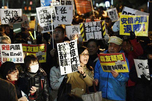 日本民众在首相府外集会 要求安倍晋三辞职