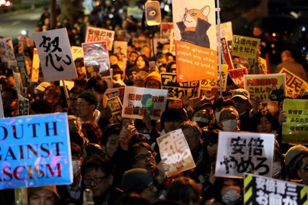 日本民众围堵首相官邸要求内阁集体辞职 就森友问题怒骂