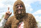 美教授身上爬滿蜜蜂授課