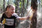 俄10岁女孩击碎树干