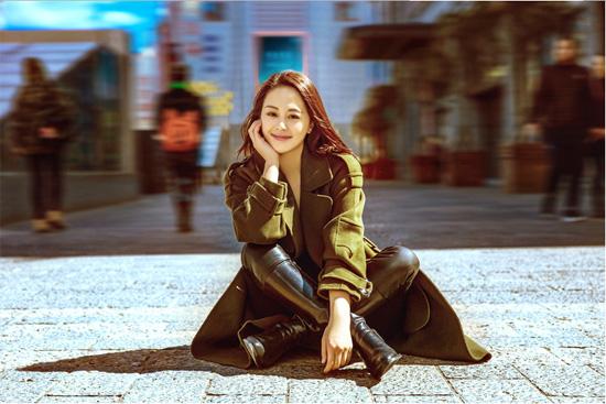 王力可植树节街拍 着绿色华服倡导环保
