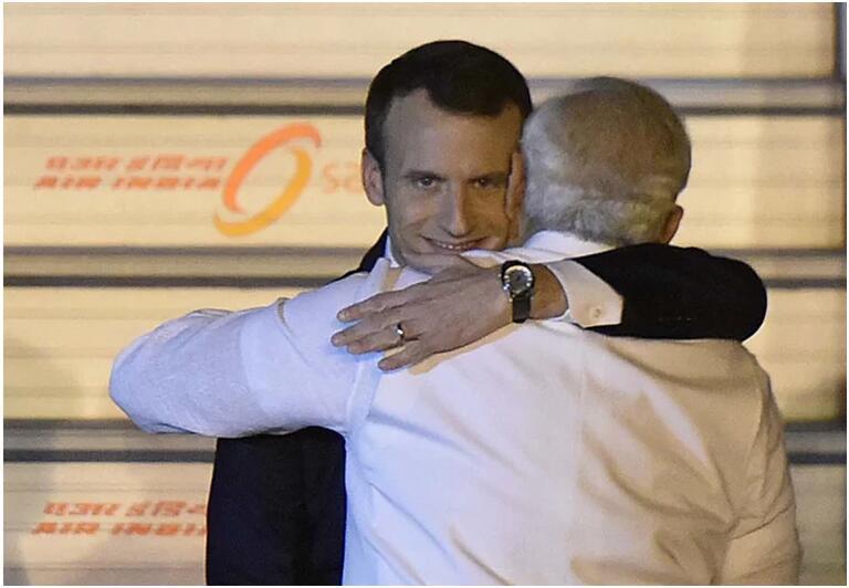 """法国总统被莫迪熊抱时露""""诡异""""微笑,网友纷纷调侃(图)"""