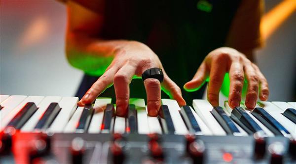 人人都是指挥家 智能指环让你对着空气弹奏音乐