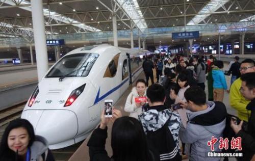 """2017年12月6日,西成高铁正式通车,中国西部交通添新""""动脉。刘忠俊 摄"""