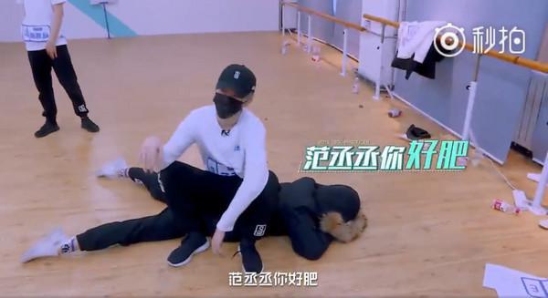 《偶像》朱正廷躺地变坐垫 范丞丞练舞无辜背锅