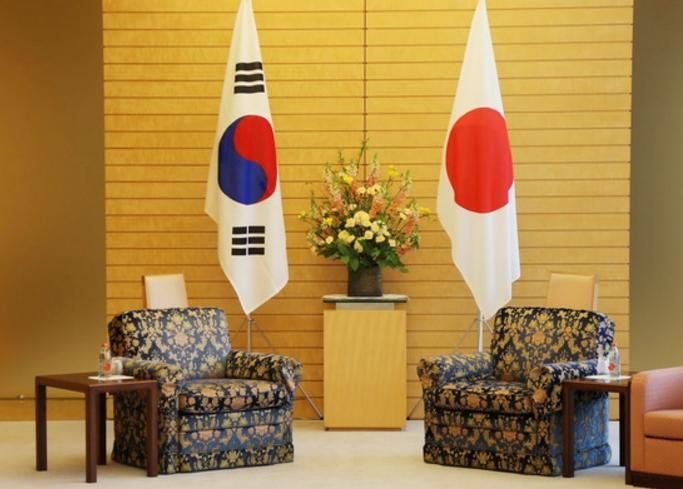 韩媒乐了:安倍会晤文在寅特使 这次沙发一样高!