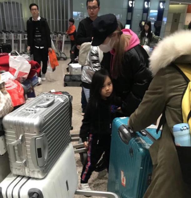 李小璐带女儿游日本不见贾乃亮 甜馨愈发漂亮