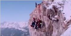 最强集体照!14名学生90度悬崖侧面拍合影