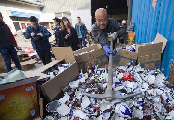 315临近太原警方集中销毁假名酒2万余箱