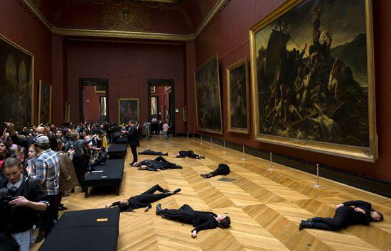 """法国环保主义者""""躺尸""""卢浮宫 抗议石油公司破坏环境"""