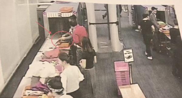 曼谷机场女安检员涉嫌偷窃中国旅客4000元被捕