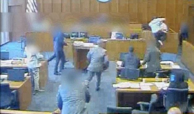 惊悚一刻!美受审黑帮成员法庭上袭击证人遭击毙