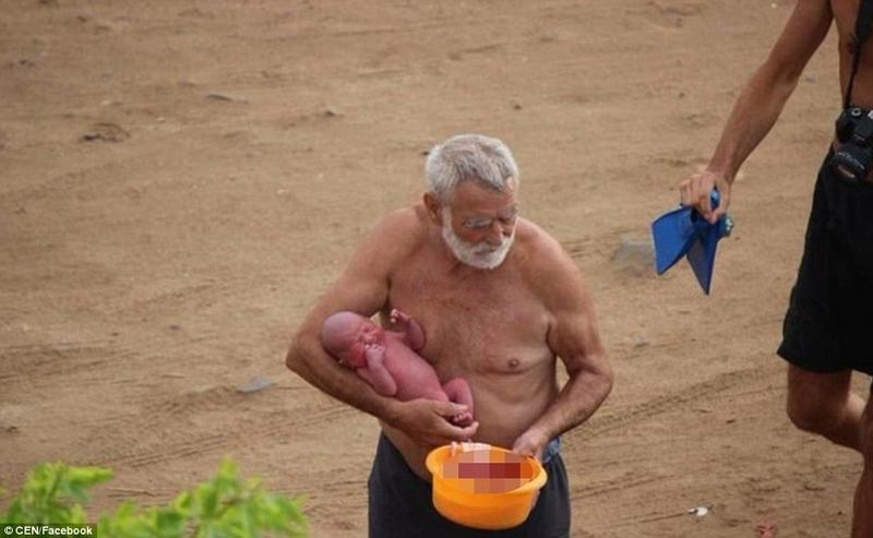 难以置信!俄罗斯游客红海中体验水中产子