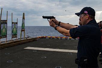 美军在东海挺忙:又装导弹又打靶