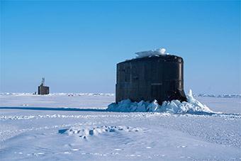 美军两艘核潜艇北极圈内冲破冰层上浮