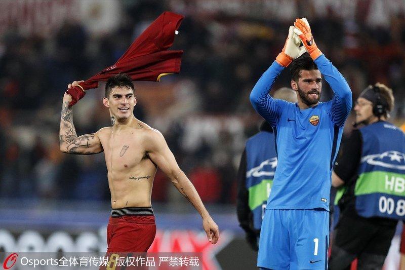 罗马队员庆祝比赛胜利