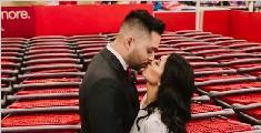 情侣在商场拍婚纱照走红