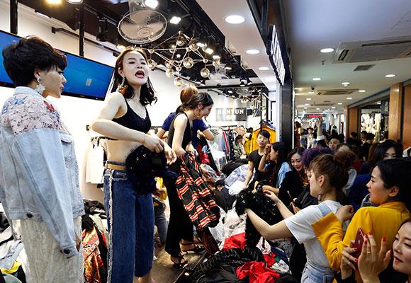 穿版模特每天换上千件衣服 年薪可达50万