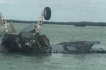 美军F18战机坠毁现场曝光 两脚朝天倒扣海滩