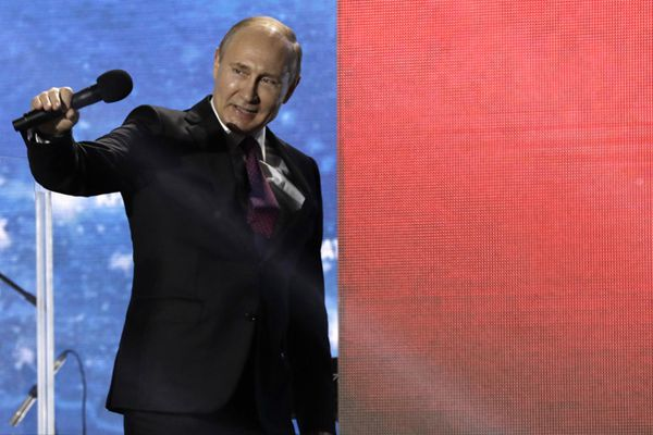 普京赴克里米亚出席最后竞选活动 向支持者挥手信心满满