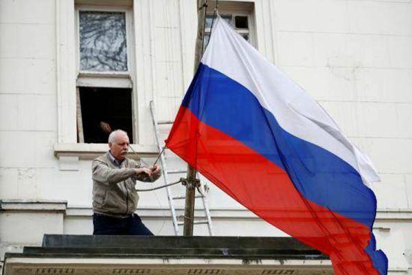 英国驱逐俄外交官 俄驻英大使馆摘下国旗