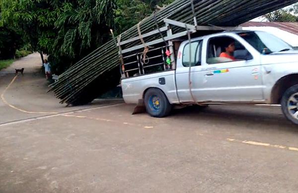 泰司机开车运竹竿上坡不成 反致竹竿掉一地