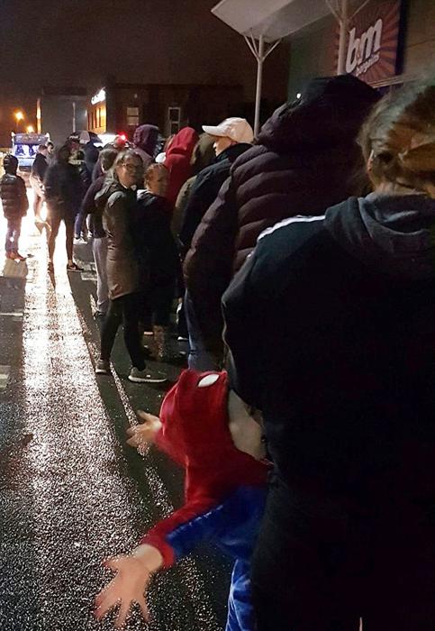英国逾2000人为买冰淇淋倾盆大雨中排队数小时