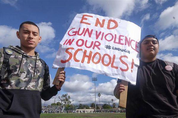 美国学生集会抗议枪击暴力