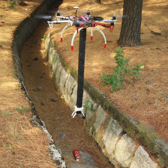 配备可折叠机械臂 无人机在狭窄空间轻松拾起物体