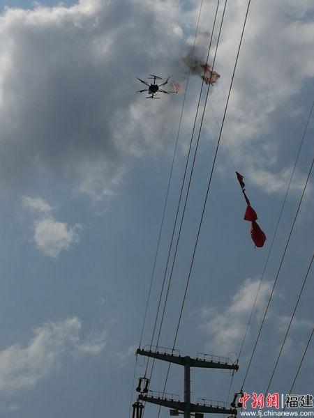 莆田首用无人机喷火装置清除输电线路异物