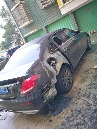 奔驰E级提车一个月即自燃 厂家拒认火灾事故认定书