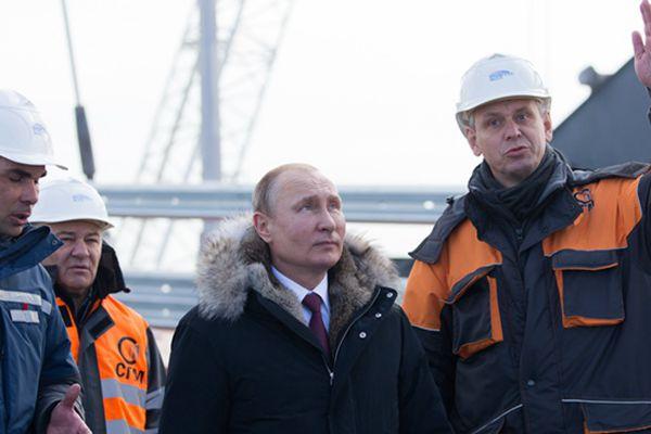普京视察建设中的刻赤海峡大桥