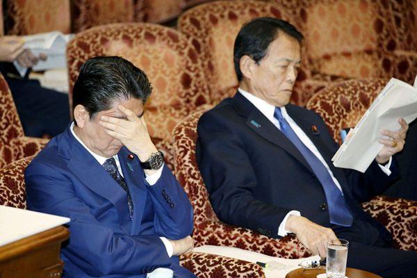 丑闻缠身压力大 安倍出席会议疲惫不堪扶额闭目