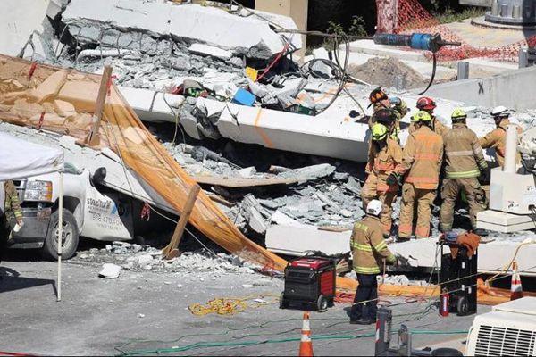 美国佛罗里达州过街天桥倒塌 数人死亡