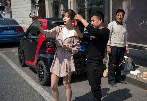 """气温飙升 杭州网红街口模特""""试衣间""""开张"""