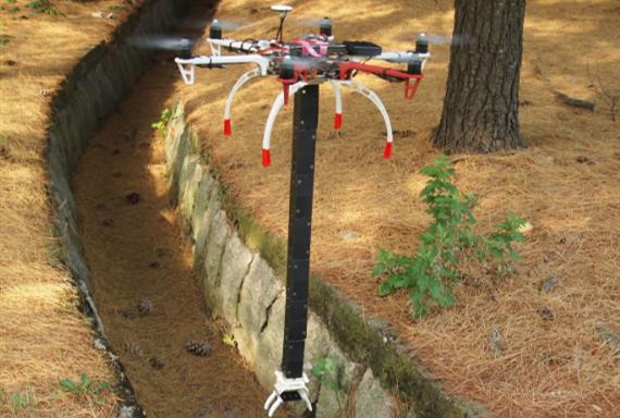这是配了机械臂的无人机 可在狭窄空间捡东西