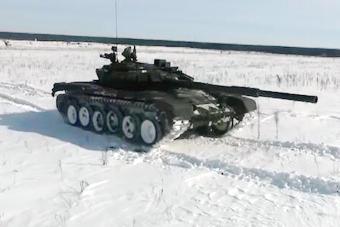 铁甲雄风!俄军大批坦克在冰天雪地开火