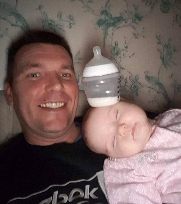 亲生的!英国奶爸拍女儿恶搞图片逗乐妻子
