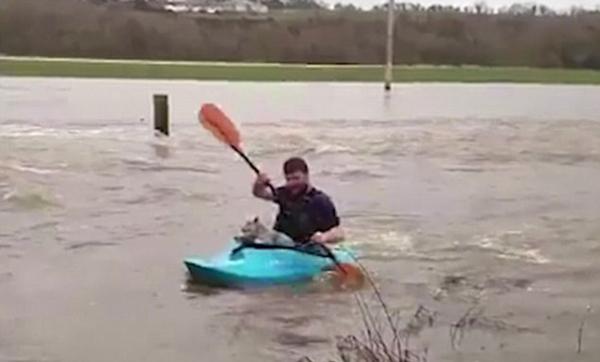 洪水无情人有情!英男子划皮艇勇救小羊羔上岸