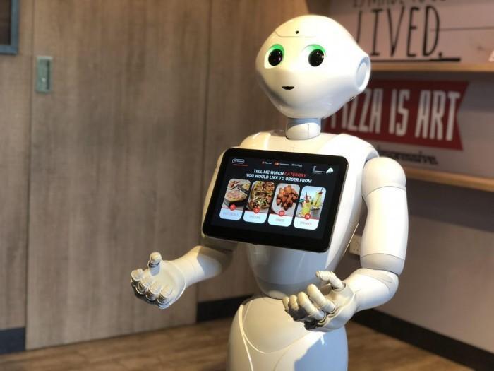 机器人Pepper上岗必胜客服务员:给客人点披萨