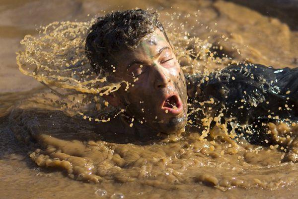 以色列举办10公里泥地跑 选手泥浆中奋力前行