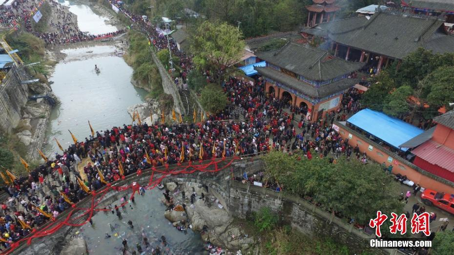 """四川安州""""春社踩桥"""" 20余万游客踩桥祈福"""