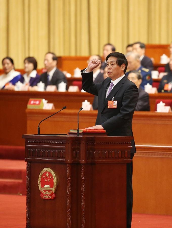 新当选的全国人大常委会委员长栗战书进行宪法宣誓