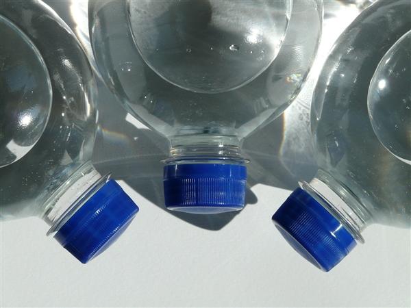 吓人!每升瓶装水中有325个塑料微粒