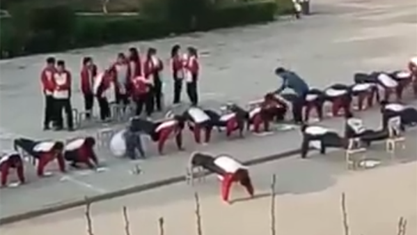 老师罚不守纪律同学做俯卧撑 并数次击打学生