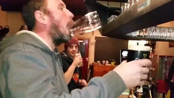 爱尔兰男子酒吧秀绝技:喝酒手不碰杯